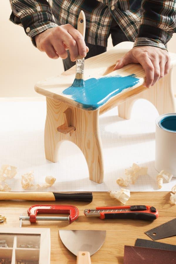 Лакировать мастера и handmade табуретка стоковое фото rf