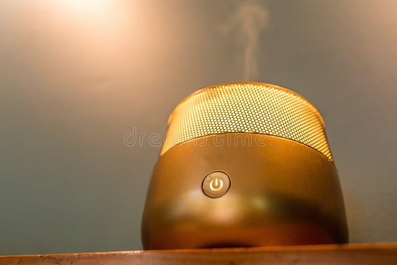 Лампа ароматности внутри вечера квартиры расслабляющего стоковое изображение rf