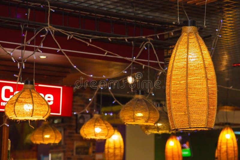 Лампа винтажной стены улицы плетеная в городке стоковое фото rf