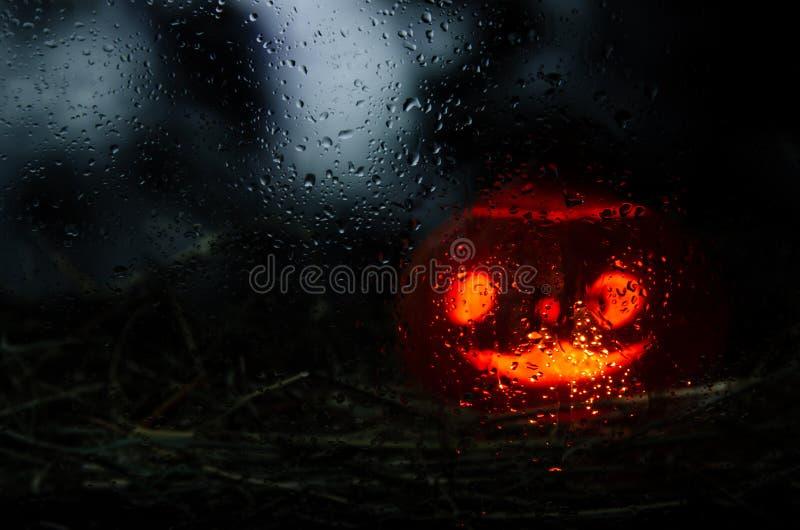 Лампа Джека видима через влажное стекло стоковое изображение rf