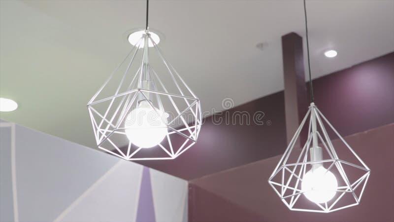 Лампа моды и hitech в современном стиле Теплая лампа электрической лампочки тона Лампы в кофейне и бутике Fshion стоковые фотографии rf