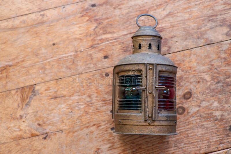Лампа моряков на старом деревянном поле стоковое фото rf