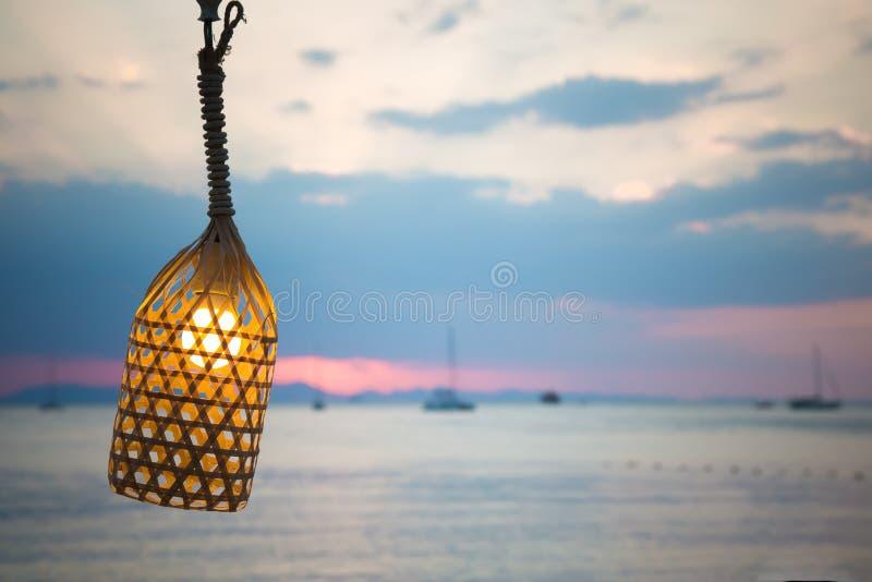 Лампа на проводе связанном с веревочкой На предпосылке пляжа Внутри б стоковое изображение