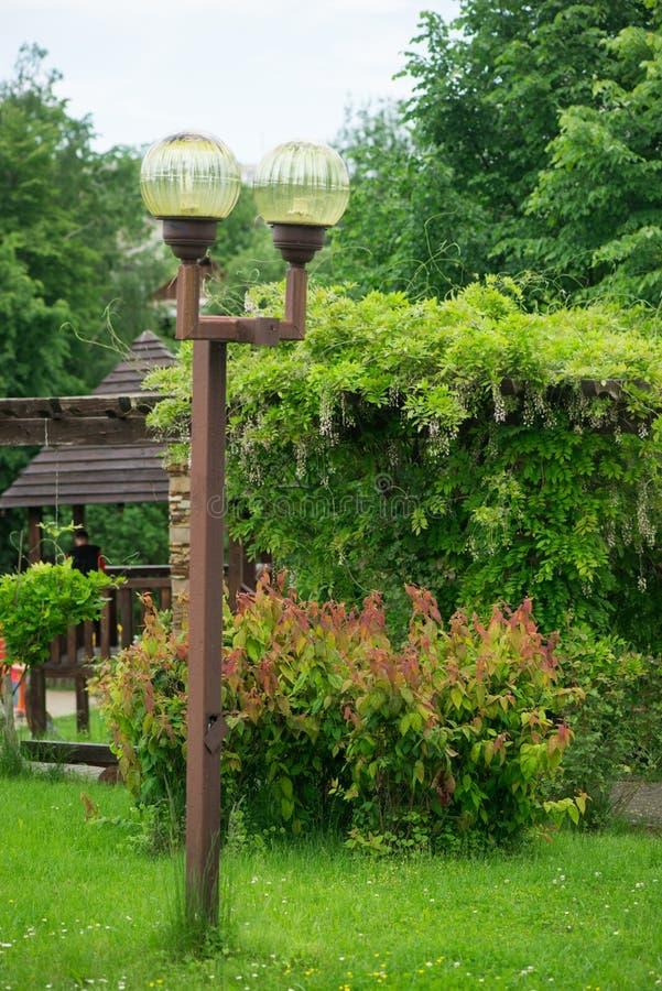 Лампа на улице штендеры с освещением уличный фонарь стоковые изображения rf