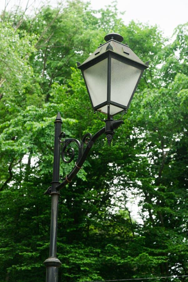Лампа на улице штендеры с освещением уличный фонарь стоковые фотографии rf