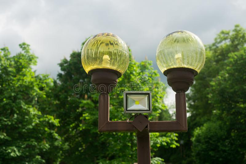 Лампа на улице штендеры с освещением уличный фонарь стоковое изображение rf