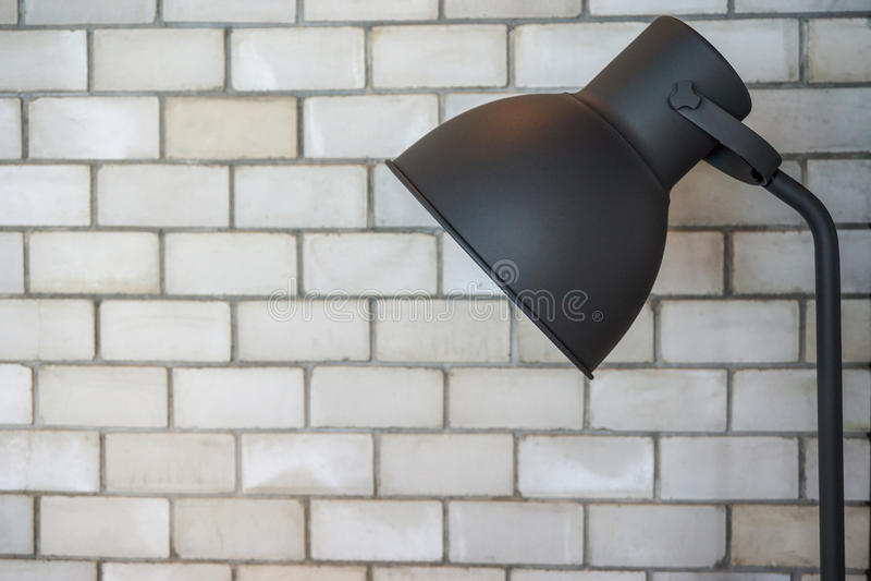 Лампа пола в комнате кирпича стоковая фотография