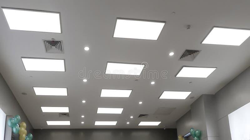 Лампа приведенная панели на современном потолке офиса стоковое фото rf