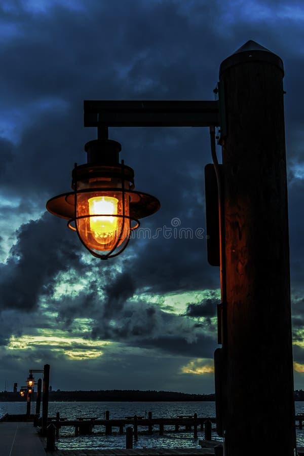 Лампа пристани на сумраке стоковые фотографии rf