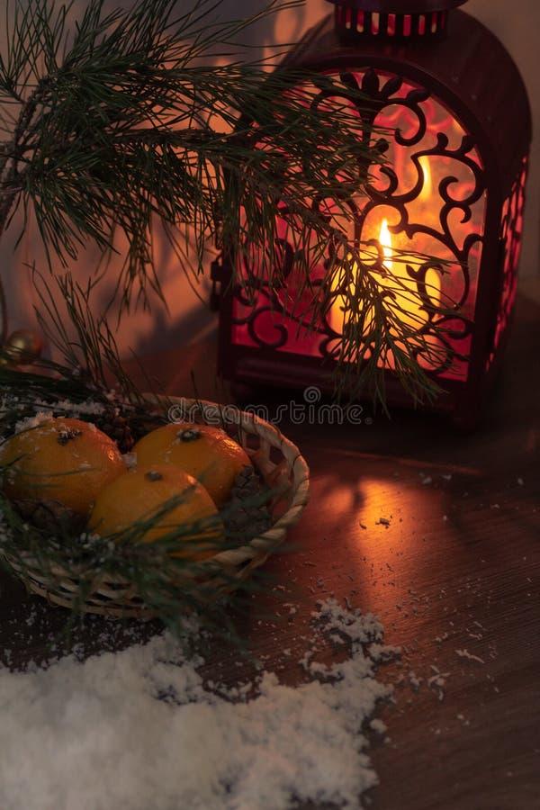 Лампа рождества красная со свечой украшенной с текстом bokeh и рождества стоковое изображение rf