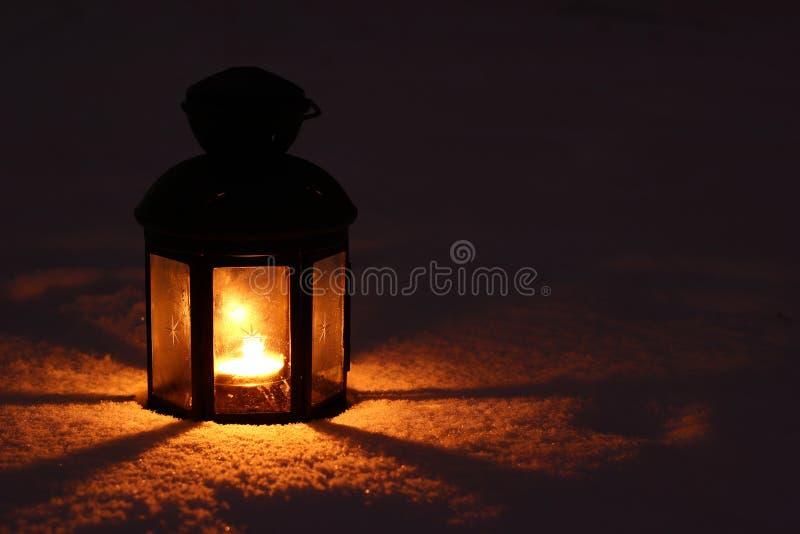 Лампа свечи в снеге стоковые изображения