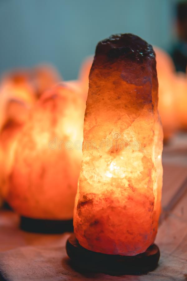Лампа соли зарева, темная винтажная деревянная предпосылка, вертикальная стоковая фотография rf