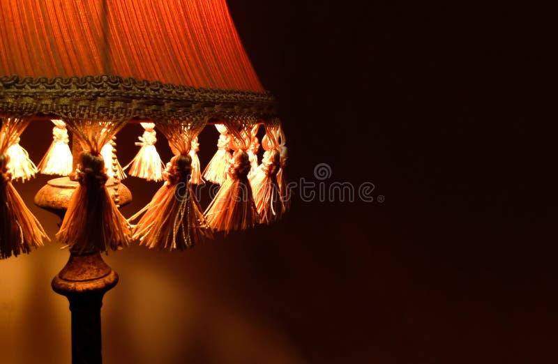 Лампа ткани крупного плана на комнате интерьера прикроватного столика стоковые изображения rf
