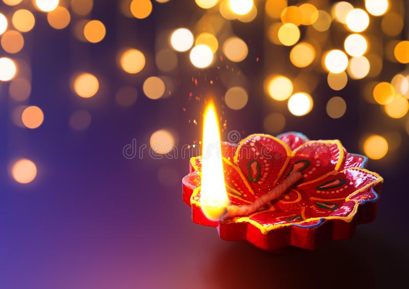 Лампа Diya освещенная во время торжества diwali стоковое фото rf