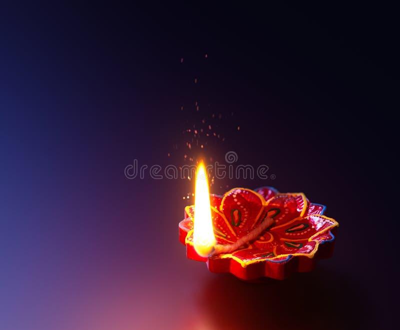 Лампа Diya освещенная во время торжества diwali стоковая фотография