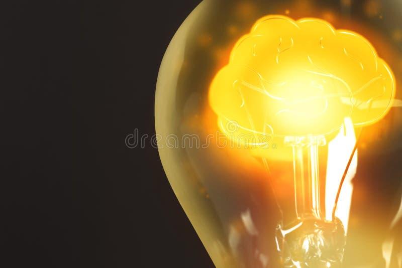Ламповая лампа с блестящим мозгом на заднем плане, пространство для текста Идеальное поколение стоковое фото rf