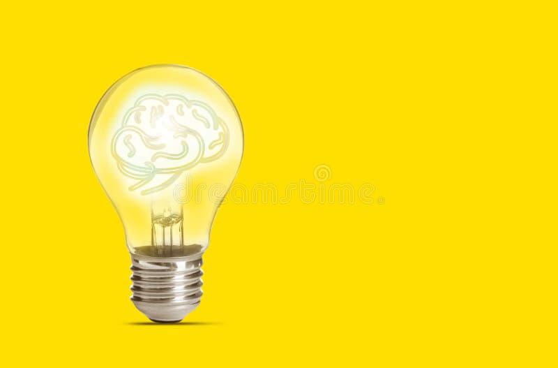 Ламповая лампа с мозгом человека на заднем плане, пространство для текста Идеальное поколение стоковое фото
