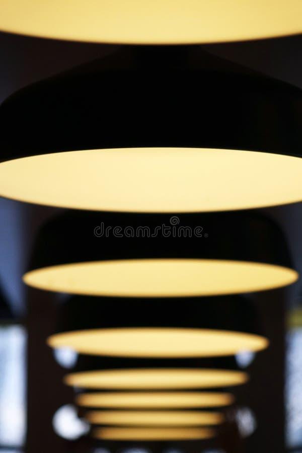 Лампы в ряд Светлая выставка керамическо стоковое изображение rf