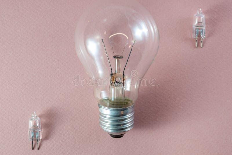 2 лампы галоида bipin G4 и technol шарика нити вольфрама стоковая фотография