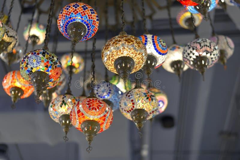 лампы Мульти-цветов вися на потолке стоковое изображение rf