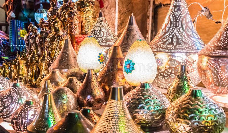 Лампы на дисплее в улице Moez Al стоковые фотографии rf
