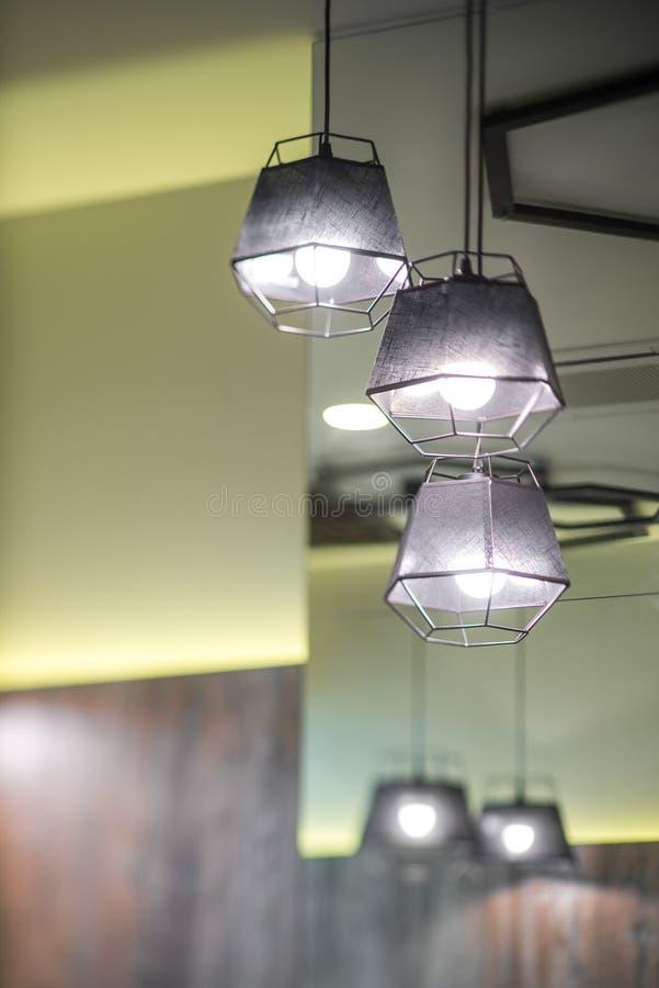 Лампы пола ламп в rstorane Оформление в современном интерьере кафа стоковое изображение rf