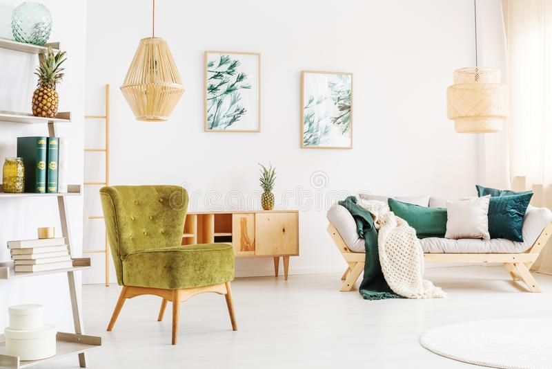 Лампы ротанга в живущей комнате стоковая фотография rf