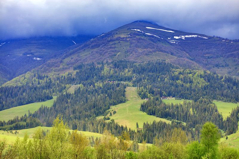 Ландшафт величественной горы в Карпат вдоль наклона чего подъем кабеля положен стоковые изображения rf