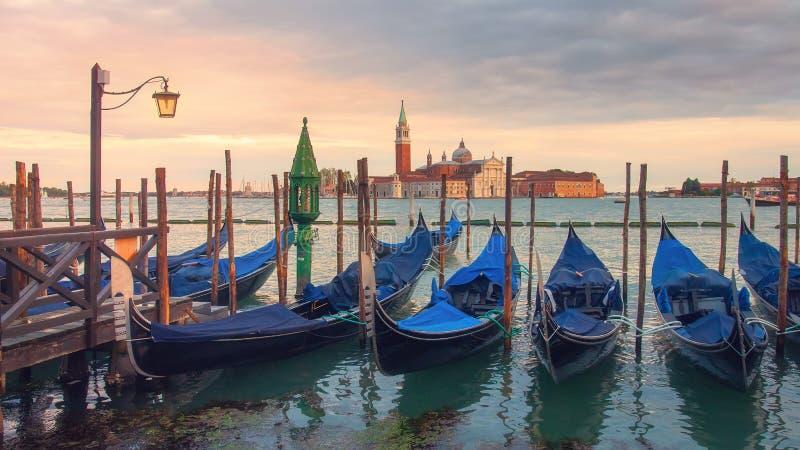 Ландшафт Венеции на заходе солнца Гондолы Венеции на квадрате Сан Marco, большом канале, Венеции, Италии стоковое изображение rf