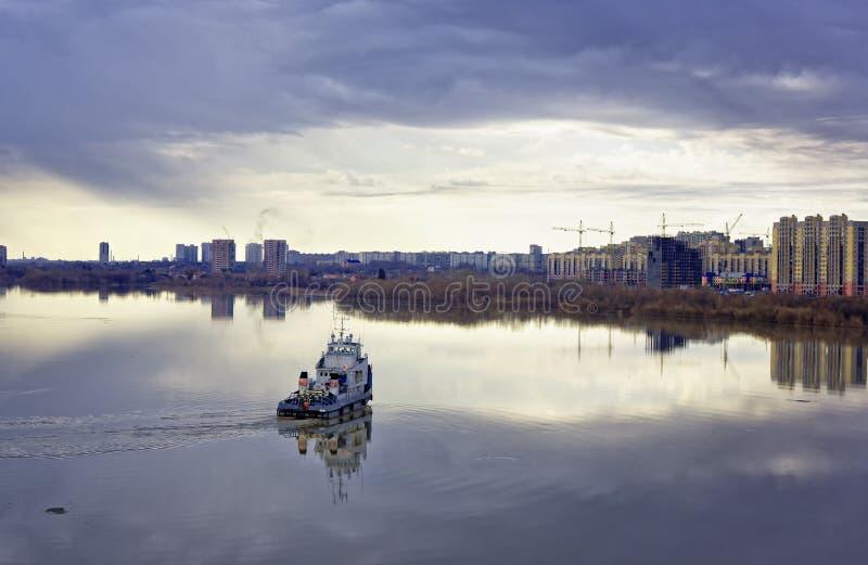 Ландшафт весны городской Немного природы в большом городе стоковая фотография rf