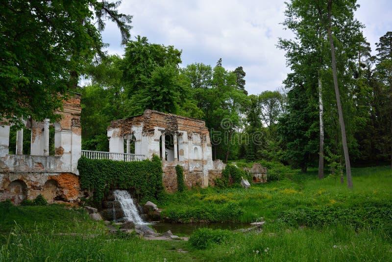 Ландшафт весны с руинами, прудом и водопадом павильона Припаркуйте ` Oleksandriya ` в Bila Tserkva, Украине стоковая фотография