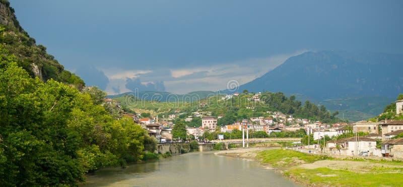 Ландшафт взгляда высокого угла от старого замка исторического города Berat в Албании стоковое фото