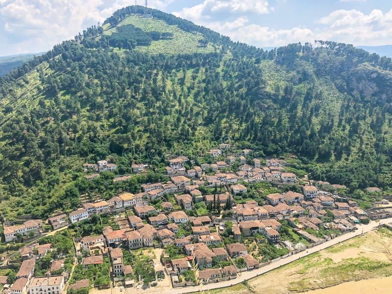 Ландшафт взгляда высокого угла от старого замка исторического города Berat в Албании стоковая фотография rf