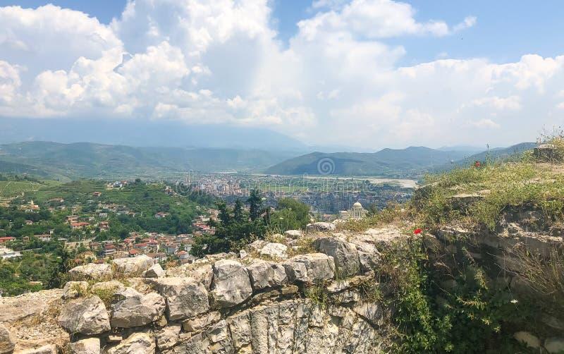 Ландшафт взгляда высокого угла от старого замка исторического города Berat в Албании стоковое фото rf