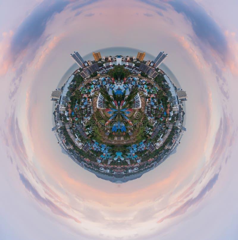 Ландшафт влияния сферы глобуса сценарный города против облачного неба стоковое фото rf