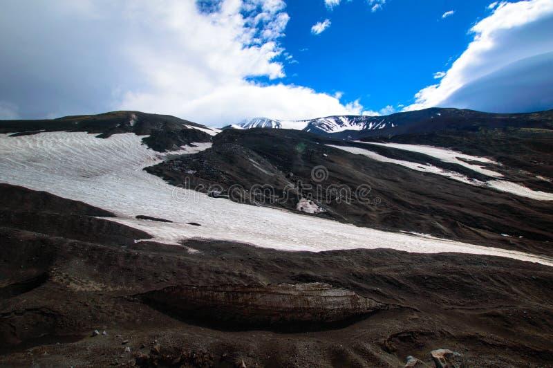 ландшафт вулканический Вулкан Avachinsky - действующий вулкан Камчатского полуострова Россия, Дальний восток стоковое фото
