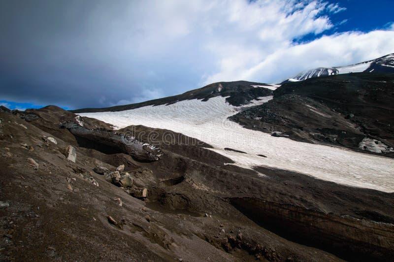 ландшафт вулканический Вулкан Avachinsky - действующий вулкан Камчатского полуострова Россия, Дальний восток стоковые фотографии rf