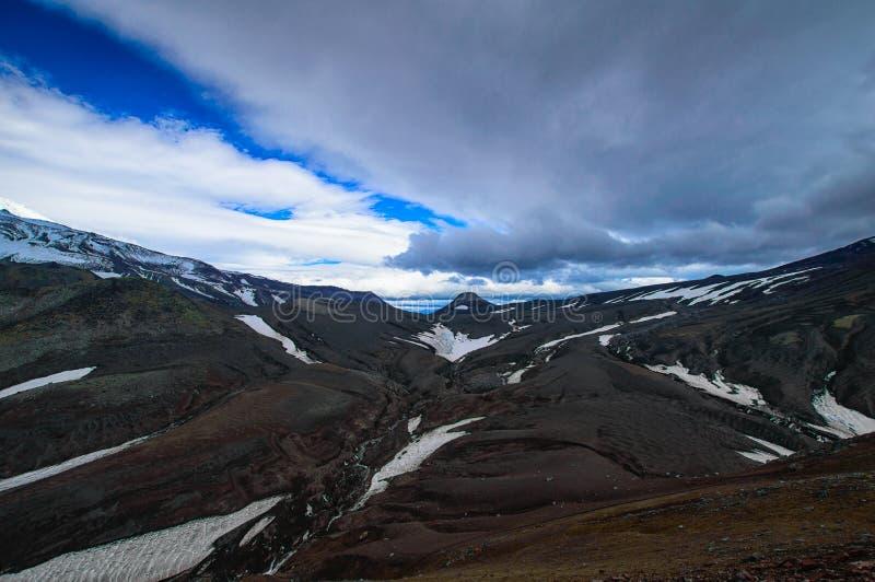 ландшафт вулканический Вулкан Avachinsky - действующий вулкан Камчатского полуострова Россия, Дальний восток стоковая фотография