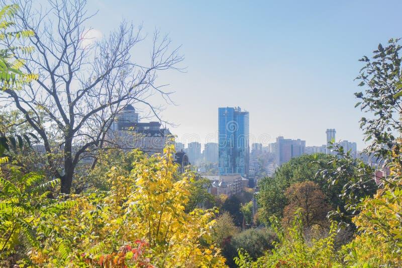 Ландшафт в октябре осени красочные desiduous деревья - солнечный взгляд осени Сад академичного университета Fomin ботанический дл стоковые изображения