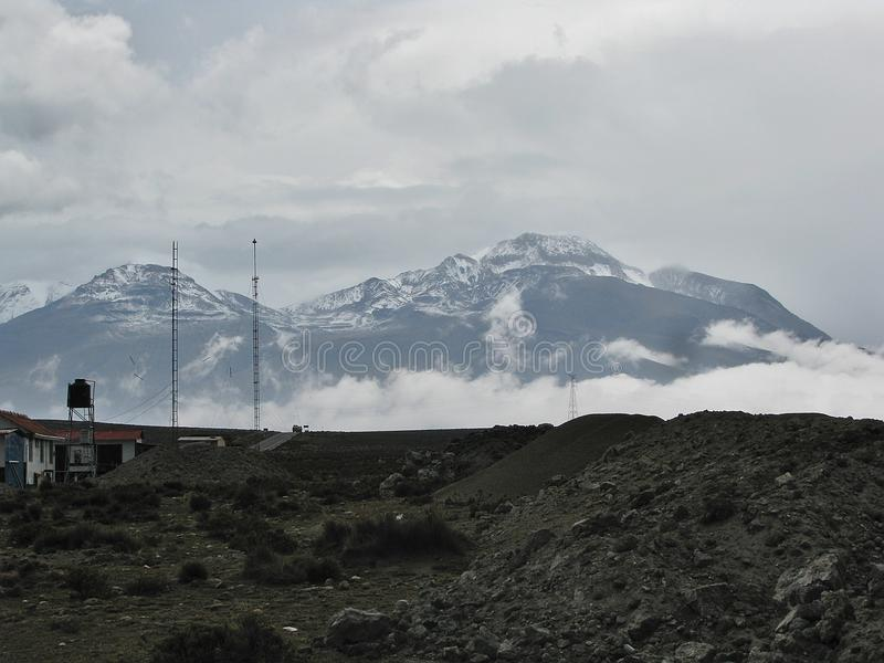 Ландшафт горизонта с облаками и снегом на горе Arequipa, Перу стоковые изображения rf