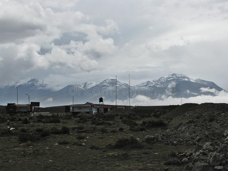 Ландшафт горизонта с облаками и снегом на горе Arequipa, Перу стоковое фото rf