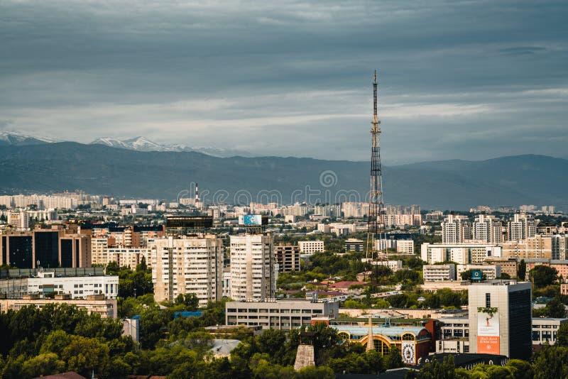 Ландшафт города Алма-Аты с tobe kok снег-покрыл горы Шани Tian в Алма-Ате Казахстане стоковое фото