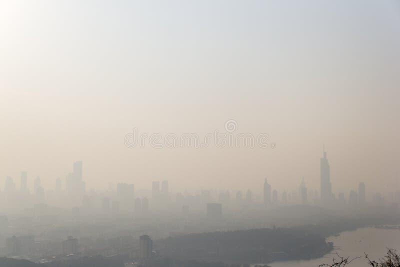 Ландшафт города Нанкина в Китае в тумане стоковая фотография