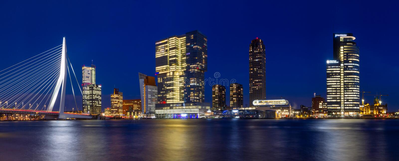 Ландшафт города, панорама - взгляд ночи на мосте Erasmus и город Feijenoord района Роттердама стоковые изображения rf