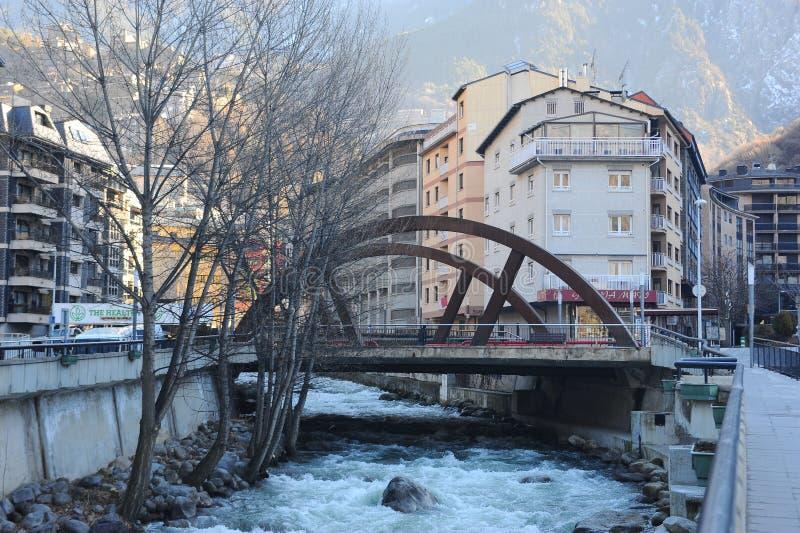 Ландшафт города - река Valira пропуская в Ла Vella Андорры, княжестве Андорры, Европы стоковые изображения