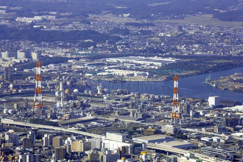 Ландшафт города Японии Kitakyushu посмотрел от обсерватории Sakurayama Голубое небо в сезоне осени стоковая фотография