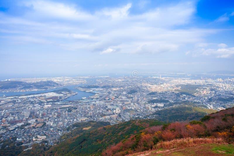 Ландшафт города Японии Kitakyushu посмотрел от обсерватории Sakurayama Голубое небо в сезоне осени стоковые фотографии rf