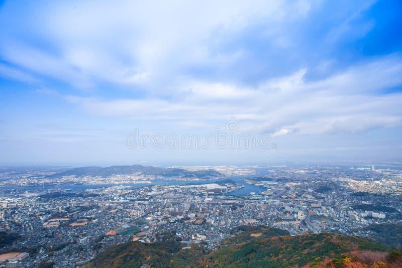 Ландшафт города Японии Kitakyushu посмотрел от обсерватории Sakurayama Голубое небо в сезоне осени стоковое фото rf
