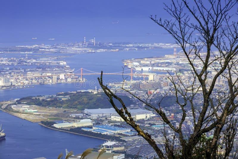 Ландшафт города Японии Kitakyushu посмотрел от обсерватории Sakurayama Голубое небо в сезоне осени стоковое изображение rf