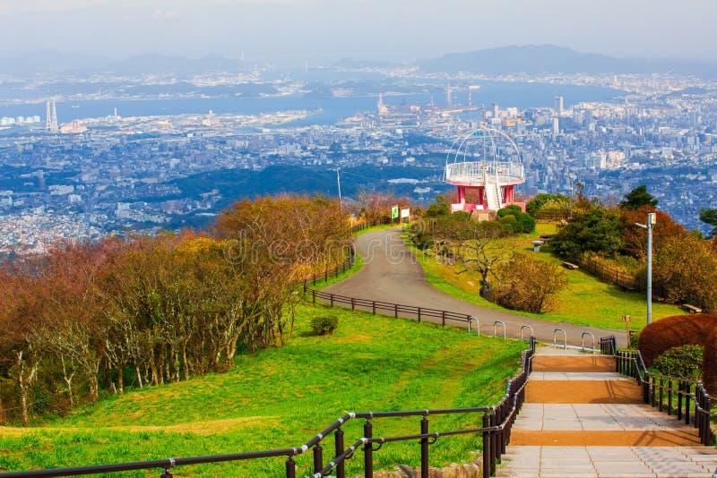 Ландшафт города Японии Kitakyushu посмотрел от обсерватории Sakurayama Голубое небо в сезоне осени стоковое изображение
